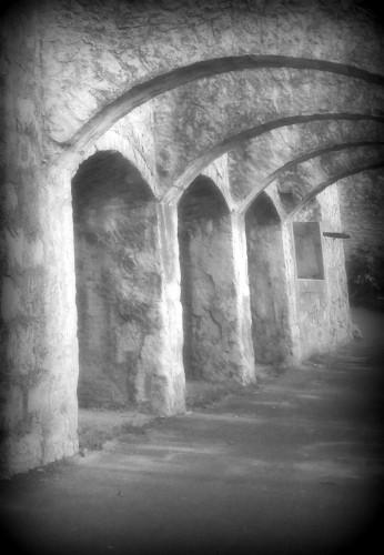 photo, art, noir et blanc,Drôme, arcades, voûtes, visite, éclairage, caves,