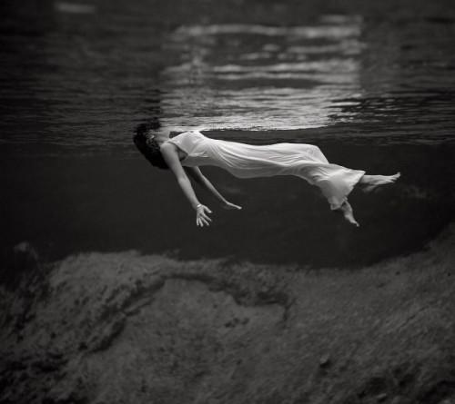 fille sous l'eau.jpg